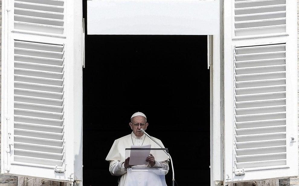 """In ventimila a San Pietro per l'Angelus. Il Papa: """"Preghiera e vicinanza per vittime di Genova e famiglie"""""""