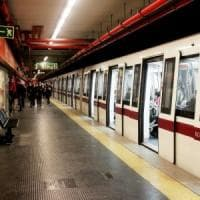 Roma, scippa donna e scappa nel tunnel della metro. Linea A bloccata per