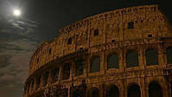 Roma, il Colosseo si spegne in segno di lutto per le vittime di Genova