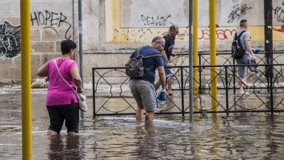 Nubifragio e grandine a Roma, allagamenti e quartieri isolati: chiusa per ore la metro Flaminio, bloccato il tram 2