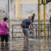 Nubifragio e grandine a Roma, allagamenti e quartieri isolati: chiusa per