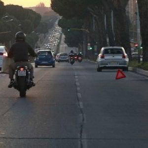 Roma, massi sulla strada per provocare incidenti: scoperta la gang del carro attrezzi