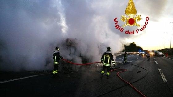 Roma, ancora un bus a fuoco: vettura in fiamme sul Raccordo