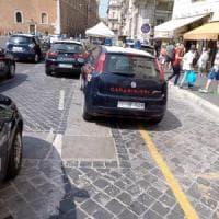 Roma, controlli al Colosseo: multati 12 ambulanti abusivi. Sanzioni per