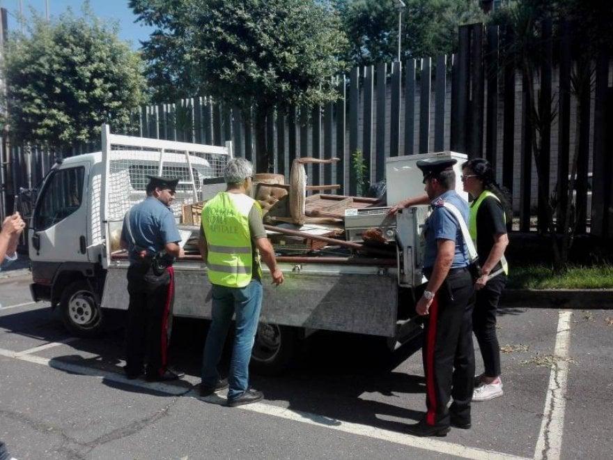 Roma, svuota cantine e sversa rifiuti ingombranti: multato e denunciato