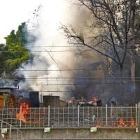 Roma, incendio in via della Magliana. Baracche distrutte. Rallentamenti