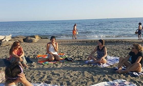"""Yoga in riva al mare, il """"saluto al sole"""" di Irene Shanti Alesini"""