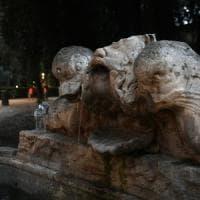 Roma, la  Fontana del Sarcofago nel mirino dei vandali: sfigurato il mascherone