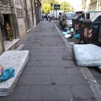 Roma, l'altra faccia dei materassi. In piazza Vittorio in strada per una settimana in attesa del ritiro Ama