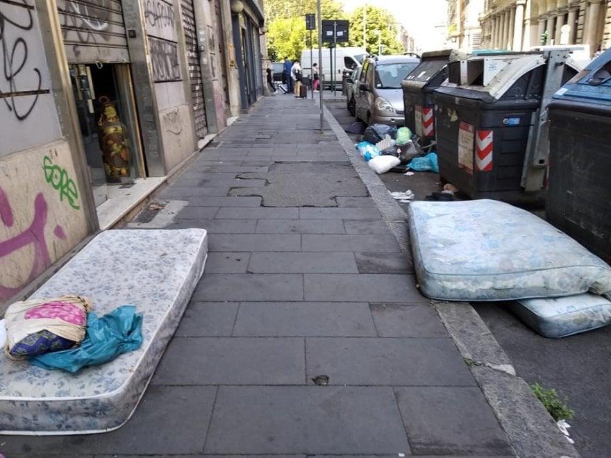 Ama Materassi.Roma L Altra Faccia Dei Materassi In Piazza Vittorio In Strada