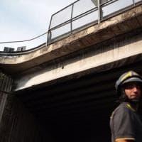Roma, calcinacci in strada dal ponte di Grottarossa: via Flaminia chiusa e poi riaperta