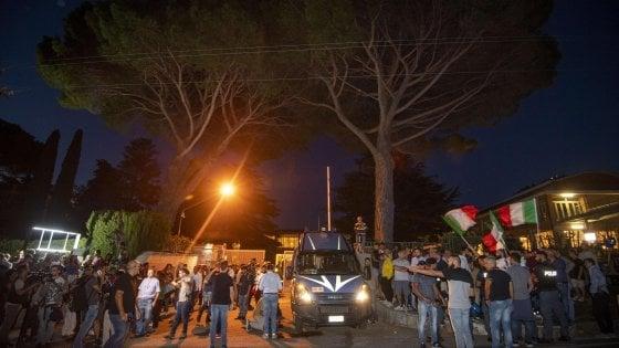 """Nave Diciotti, cento migranti a Rocca di Papa. Il sindaco: """"Li ha voluti Salvini, non io"""". Momenti di tensione"""