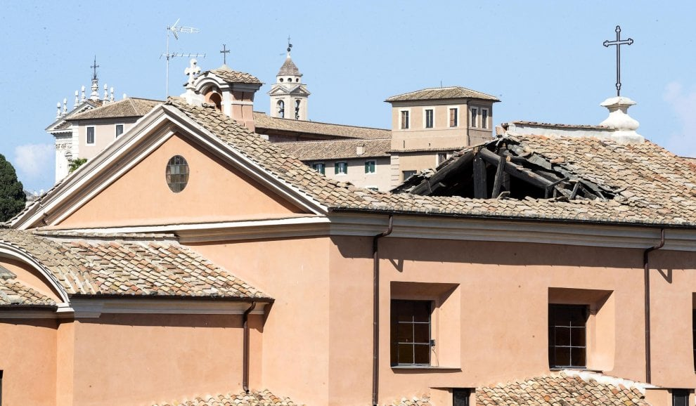Roma, crolla il tetto della chiesa di San Giuseppe ai Falegnami a due passi dal Campidoglio