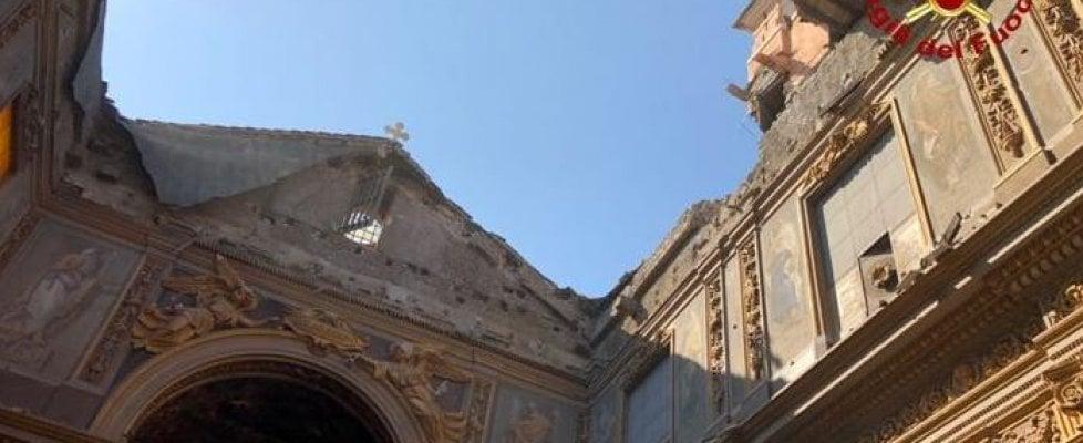 """Roma, crolla il tetto della chiesa di San Giuseppe dei Falegnami ai Fori. """"Tragedia sfiorata, sabato c'era matrimonio"""""""