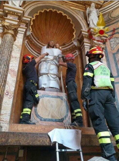 Roma, crollo a San Giuseppe dei falegnami: le opere d'arte messe in salvo dai vigili del fuoco