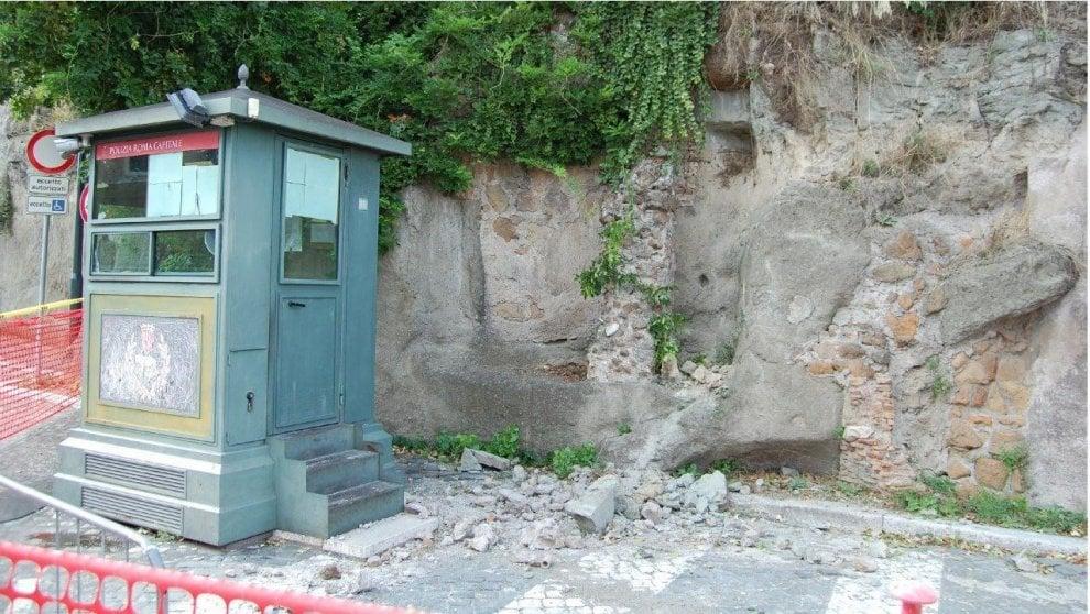 Roma, smottamento sotto il Campidoglio. Interviene vigile al lavoro nella chiesa crollata