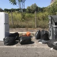 Roma, emergenza rifiuti anche sulla Colombo. Cumuli di spazzatura e elettrodomestici abbandonati