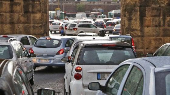 """""""Via le auto dalle strade di Roma"""". Il Campidoglio a caccia di garage trasformati in negozi"""