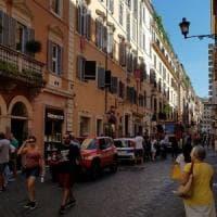 Roma, via Frattina, travi puntellate in una boutique:  i vigili evacuano un palazzo