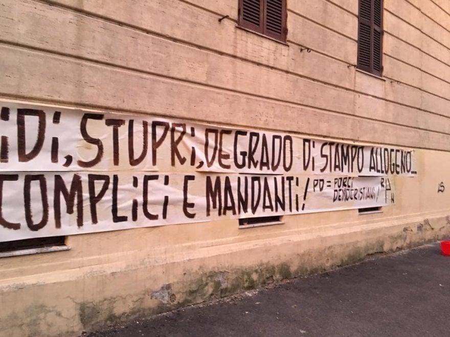 Roma, striscione e manichino impiccato all'ingresso della sede del Pd di Ponte Milvio