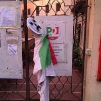 Roma, striscione e un manichino impiccato davanti alla sede Pd di Ponte Milvio. Pm indaga per minacce