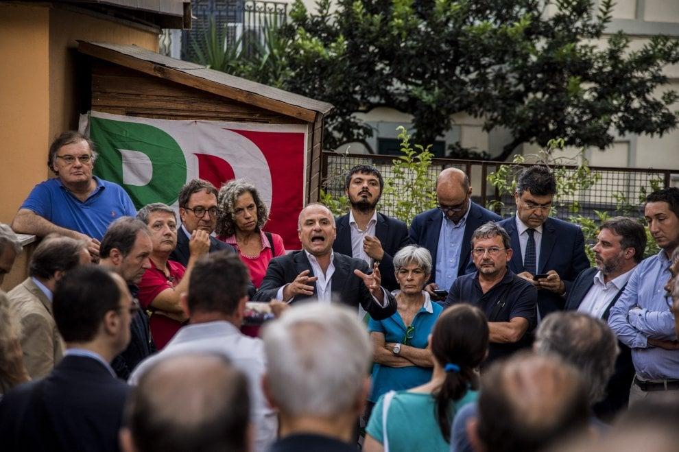 Roma, manichino impiccato fuori dalla sezione Pd: il sit-in di solidarietà