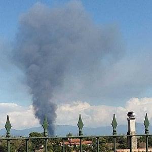 """In fiamme capannone della Nissan: nessun ferito. Nube di fumo, il Comune: """"Non aprite le finestre """""""