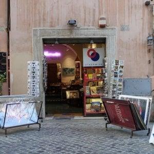 Roma, espone libri all'esterno del negozio e viene multato. Otherwise chiusa fino a lunedì