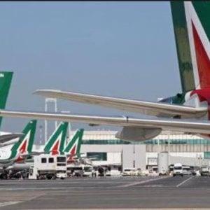 Volo Alitalia per Ginevra rientra a Fiumicino: pneumatico danneggiato