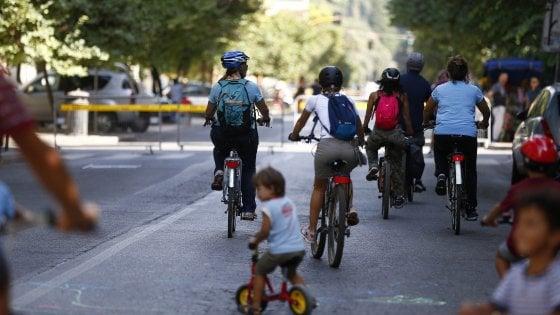Roma, bici e pedoni invadono il Centro