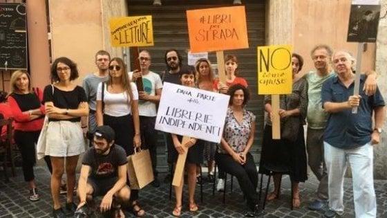 """Libreria chiusa, sit-in di solidarietà: """"Non possiamo esporre volumi, allora mettiamo in piazza i lettori"""""""