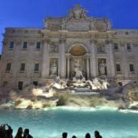 Fontana di Trevi, due fidanzati sorpresi a fare il bagno: multati