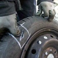 Roma, bucavano le gomme delle auto ai turisti per derubarli: arrestati in