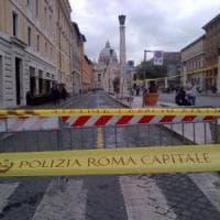 Roma, incidente stradale a San Pietro: auto travolge comitiva di turisti,