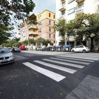 Via Gallia, asfalto rattoppato e strisce pedonali disegnate intorno alle macchine. I comitati: