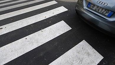 Via Gallia, asfalto rattoppato e strisce pedonali disegnate intorno alle macchine