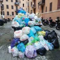 Rifiuti Roma, porta a porta nel caos: uova contro i netturbini