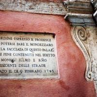 """""""Vietato fare il mondezzaro"""": dal Settecento ad oggi, le iscrizioni anti incivili di Roma"""