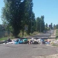 Ponte di Nona, cittadini bloccano strada con i sacchetti dell'immondizia.