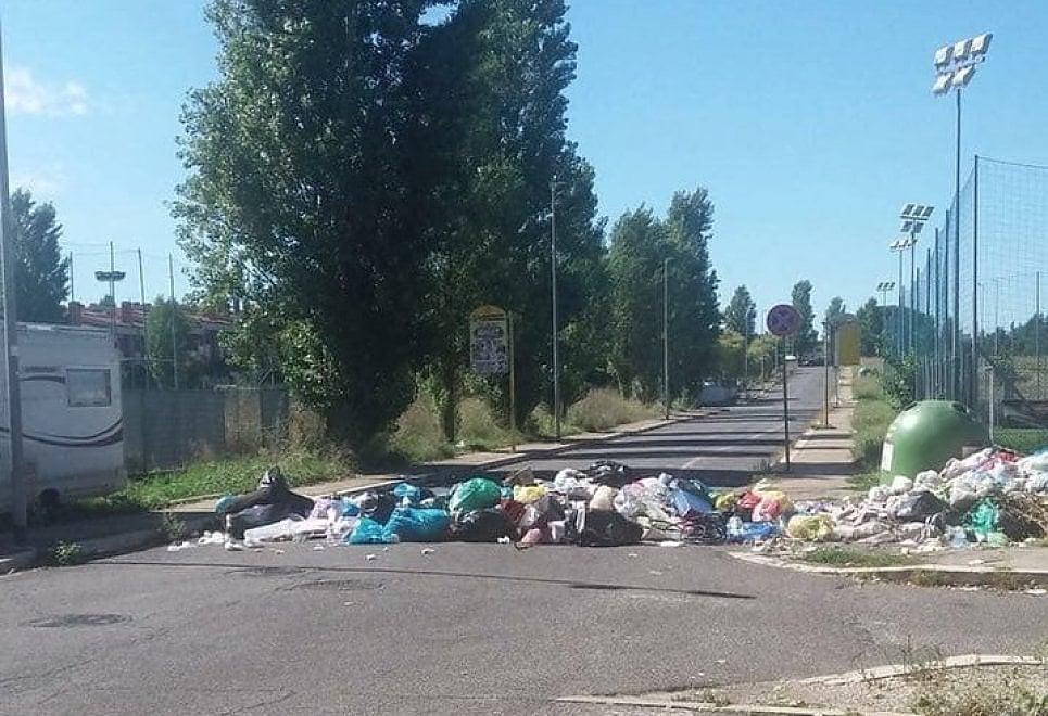 """Ponte di Nona, cittadini bloccano strada con i sacchetti dell'immondizia. """"Basta ritardi nella raccolta"""""""