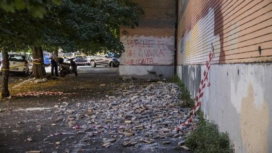 Roma, cede parte del rivestimento esterno al Giulio Cesare: transennata l'area