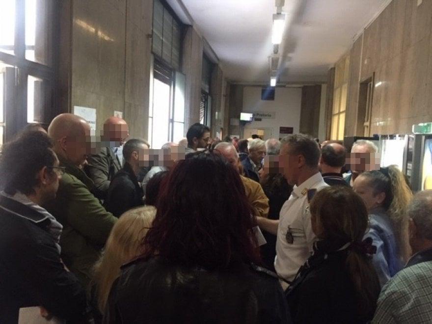 Anagrafe di Roma, terzo giorno di bolgia per ritirare cartelle esattoriali. La rabbia dei cittadini in fila