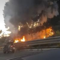 Roma, auto in fiamme sulla Colombo: traffico in tilt