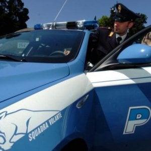 Roma, picchiata dal compagno chiama la polizia, agenti arrestano l'uomo per spaccio