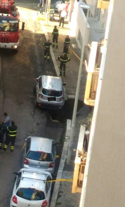 Roma, voragine alla Balduina in via Cesio Basso: un'automobile è rimasta in bilico