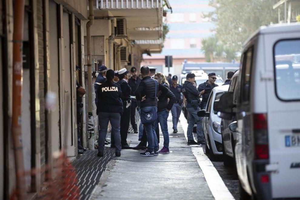 Ostia, sgomberata casa popolare occupata dai familiari del clan Spada. Oltre 150 agenti in campo