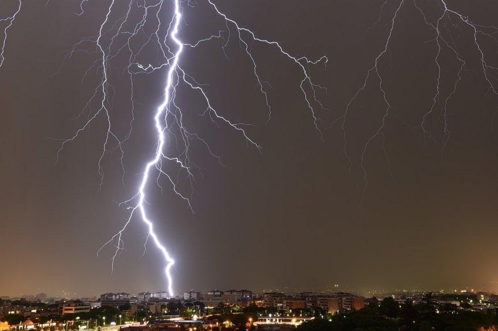 Il fulmine squarcia il cielo di Roma: lo scatto è mozzafiato