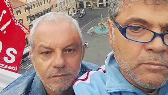 """Roma, fecere finto funerale a Marchionne, operai Fca di Pomigliano protestano su un tetto in Centro: """"Di Maio dov'è?"""""""