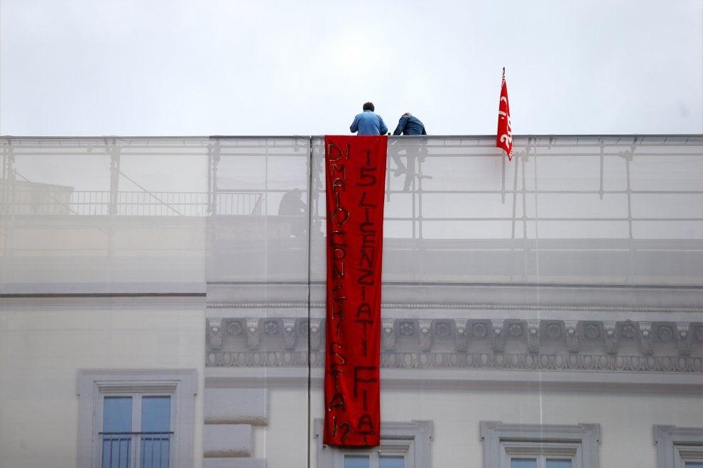 """Roma, fecero finto funerale a Marchionne, operai licenziati da Fca sul tetto di un edificio: """"Di Maio dove stai?"""""""