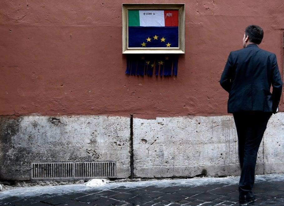 """La bandiera Ue """"si auto distrugge"""": la provocazione dello street artist sui muri di Roma"""